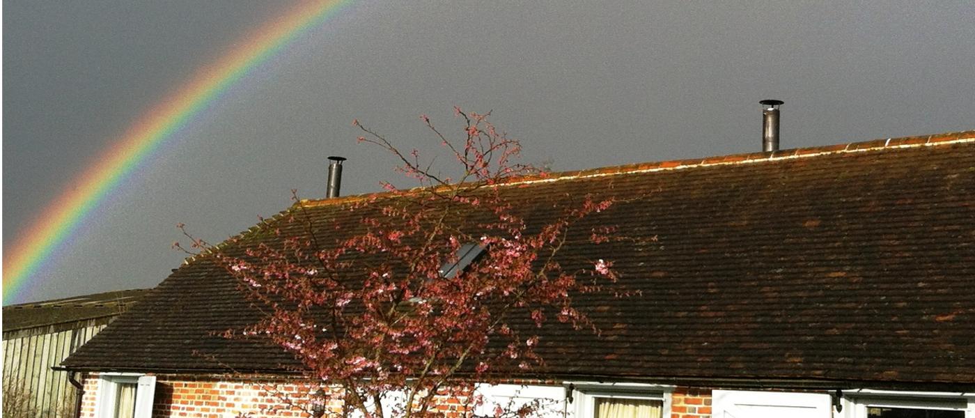 Regenbogen über Dach